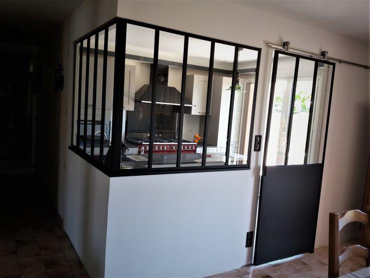 Avec sa verrière délimitant et structurant l'espace cuisine, cette réalisation du magasin Arthur Bonnet Le Mans adopte un style moderne. Le piano de cuisson contraste et apporte une touche vintage à la pièce.