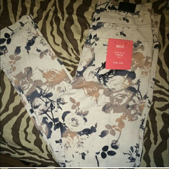 NwT Urban outfitters cigarette jean w floral print NwT floral BDG by Urban outfitters cigarette jeans. Says size 29 but honestlu, as a true 29, these for some reason fit more like a 26. I had my friend who is a true 26/27 try them on and they fit her. Discount for bundles. Trade value 30$ BDG Pants Skinny