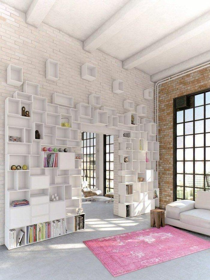 un salon vaste de couleur blanche, mur de briques blancs, cube de rangement, etagere murale