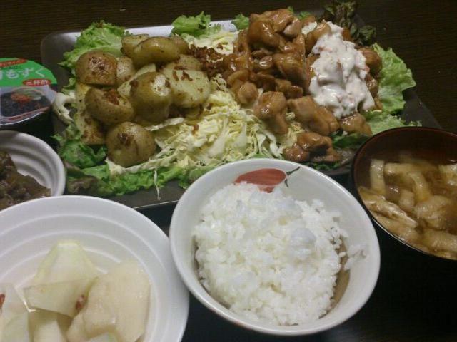 昨夜の夕食。 鶏の照り焼きタルタルソース掛け、新じゃがの炒めもの、もずく酢、芋がらのきんぴら(最後の一皿)、大根の漬け物、沢山の野菜と寒天入りお味噌汁。 - 5件のもぐもぐ - 鶏の照り焼き他 by rarahappy