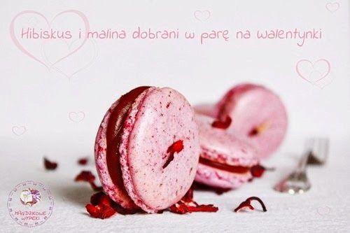 Macarons z hibiskusem i malinami w czekoladzie