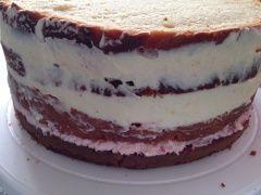 Fantakuchen als Torte mit Fondant, gefüllt mit Zitronencreme & Himbeercreme, Rezept, außen Swiss Meringue Buttercreme