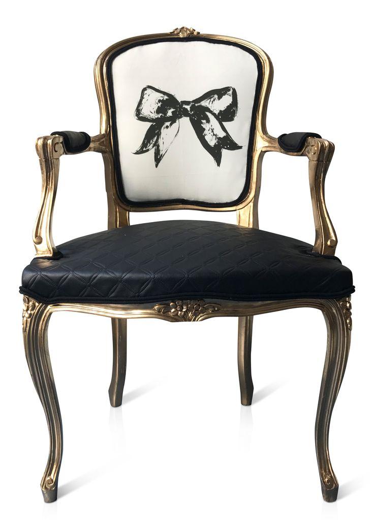 Karmstol i guld med fuskskinn-tyg på sitsen.