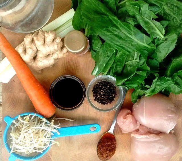 """Zuppa di bietole """"cinese"""" con pollo, zenzero e salsa di soia"""