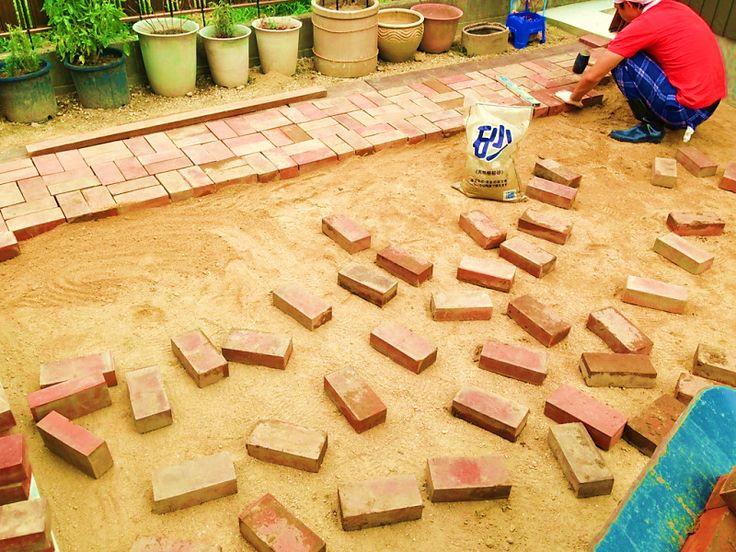 ガーデニング初心者でもDIY!庭の「レンガの敷き方」3つのポイント | LOVEGREEN(ラブグリーン)