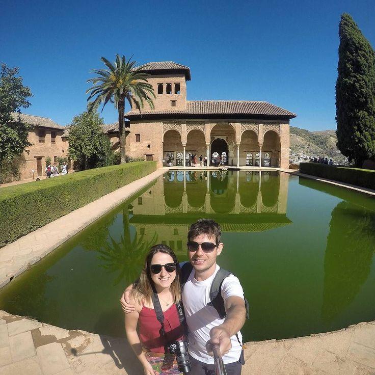 Ainda em Andaluzia conhecemos Granada que abriga uma das mais famosas atrações da Espanha: Alhambra!  Para quem não conhece Alhambra é um enorme complexo de palácios fortalezas e jardins construídos ao longo dos séculos tanto pelos árabes quanto pelos cristãos.  A principal atração do complexo é o Palácio Nazaries que é o único com horário marcado para entrar. Na alta temporada é bom comprar o ingresso com antecedência porque o complexo lota. Lota muuuuito e sem exageiros. Em breve…