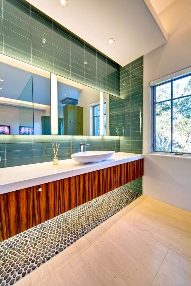 salle de bains avec éclairage moderne et carreaux effet miroir