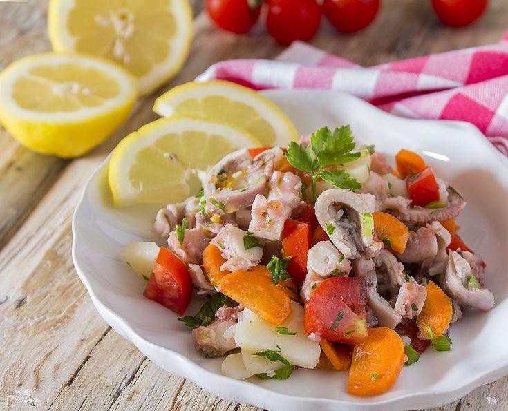 L'insalata di moscardini è un ottimo secondo piatto da servire quando fa caldo, perché fresco e leggero, inoltre è molto semplice da realizzare.