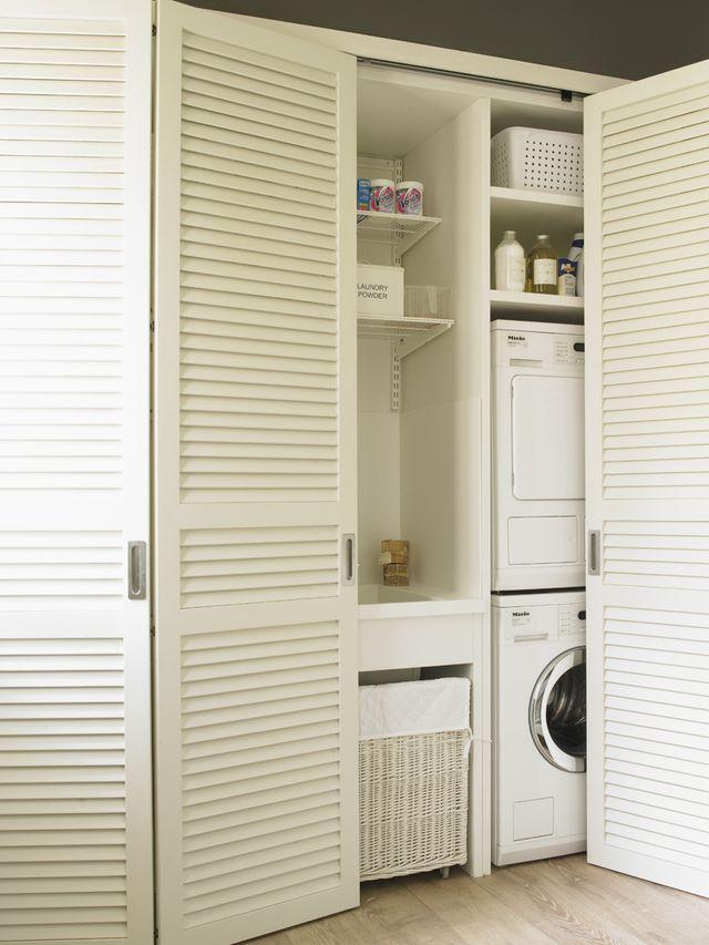 3 pasos para organizar un cuarto de lavado y plancha: Armario-lavandería cerrado con puertas plegables