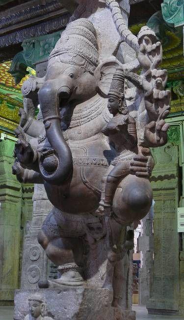 Mahaganapati dansant, sa Shakti assise sur sa cuisse gauche; entrée du mandapa aux mille colonnes (Musée); temple de Minakshisundareshvara; Madurai, Tamil Nadu