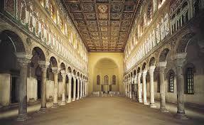 Basilica di Sant'Apollinare nuovo Ravenna edificata nel 505 da Teodorico. A tre navate, senza quadriportico e preceduta da un solo nartece. La navata si conclude con un abside di forma semicilindrica. I mosaici della basilica sono di epoche differenti