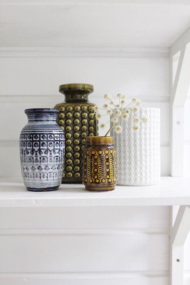 Varpunen: Kesähuoneen eteisessä./ Ceramic vases, flea market findings.