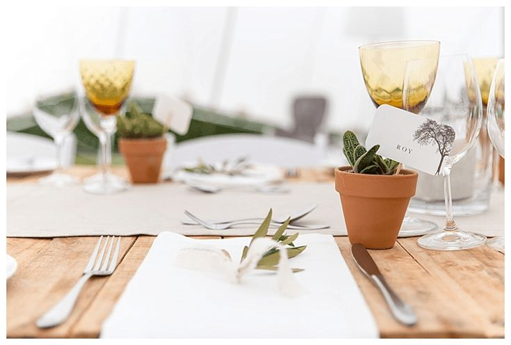 Minimalist table setting