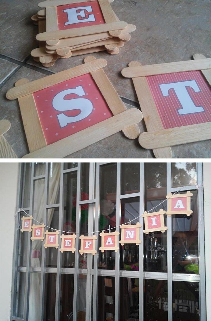 Letrero nombre - Baby Shower El marco esta formado por baja lenguas y el fondo con letras es una impresion simple.