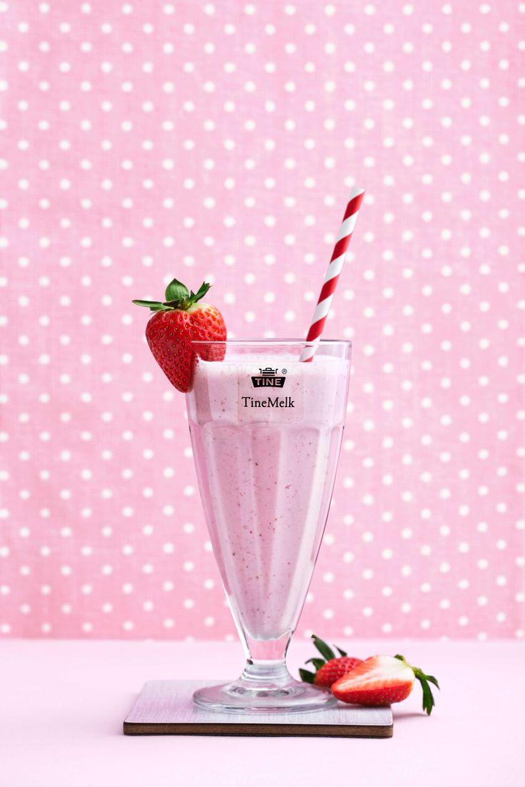 En herlig milkshake med jordbær og vaniljeis. Nærmere sommeren kommer du nesten ikke. Dette er den perfekte milkshaken på varme sommerdager eller i barnebursdag.