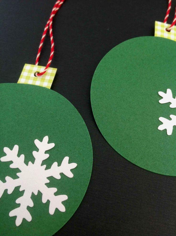 Grønne flade julekugler med snekrystal, ternet hank og rød/hvid snor. Retropynt til julen. www.jannielehmann.dk