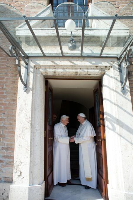 Il ritorno da Castel Gandolfo in Vaticano. Benedetto XVI incontra Papa Francesco e insieme andranno nella cappella per pregare.