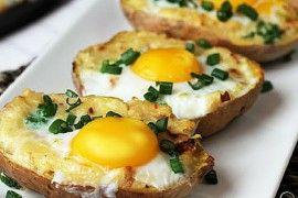 Pečené brambory plněné směsí sýru, česneku a cibulky s vejcem navrchu