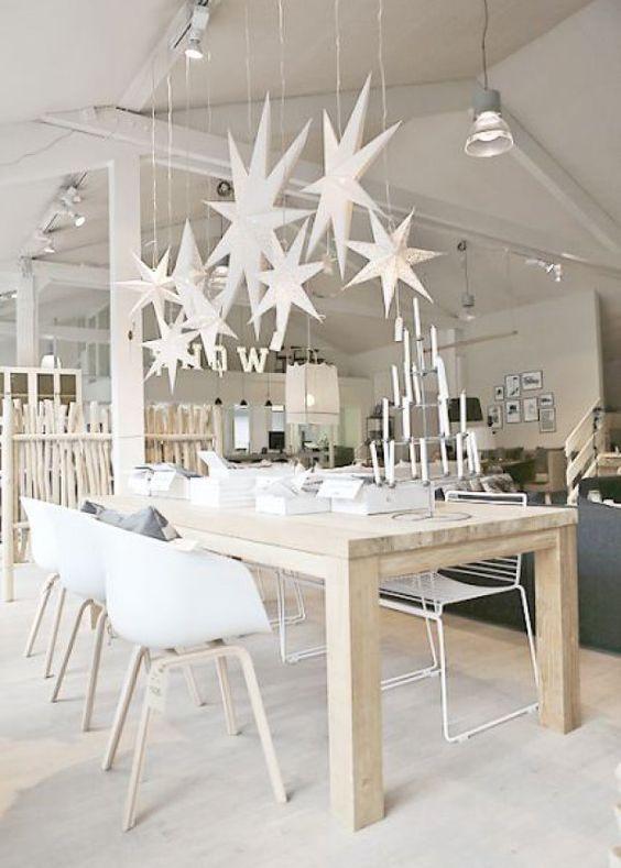 Une table de Noël scandinave et contemporaine. On aime le mélange du blanc et ...