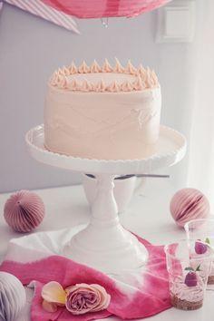rosa Red-Velvet-Buttercreme-Torte mit weißer Schokolade