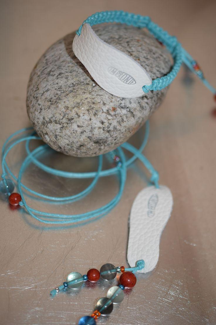 Náhrdelník a náramek- Náhrdelník - délka 70 cm- ozdoben stopou z bílé probarvené kůže s minerály Fluorit, Houbový korál a skleněné barevné korálky.Náramek ozdoben stopou z bílé probarvené kůže, ukončený šambalou, ozdobený minerály houbový Korál, Fluorit a barevné skleněné korálky a kulatým medailonkem ve stříbrné barvě Impronte.