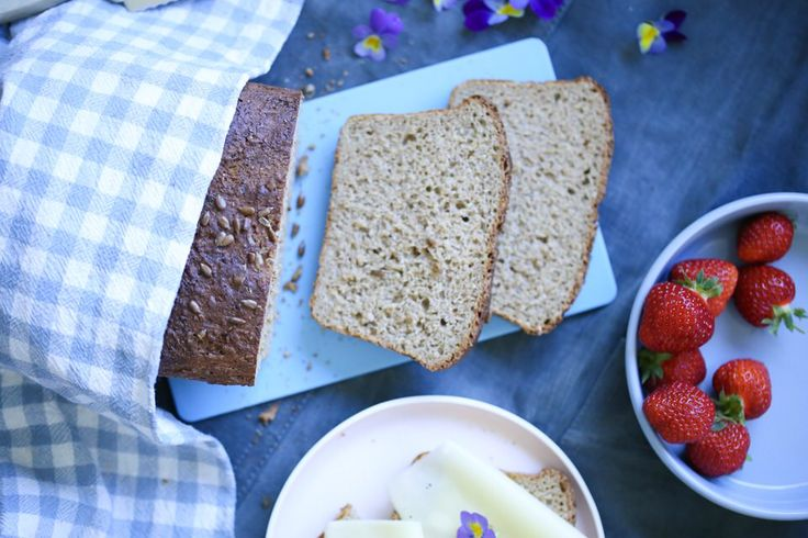 Luftige proteinbrød, bakt på havre og spelt.