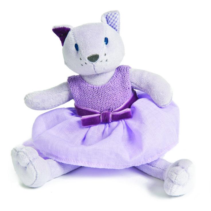 PIPPA LA GATA Pippa es simplemente magnífica, hecha de terciopelo gris más suave. El vestido sin mangas de color lavanda está hecho a mano, y la falda está coronada con un profundo lazo de terciopelo púrpura. Medidas aproximadas: 22 cm Edad recomendada: A partir de 3 meses PVP: 14.50 € http://www.babycaprichos.com/pippa-la-gata.html
