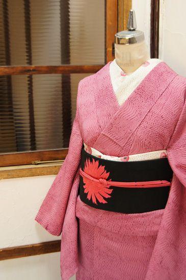深みのある赤紫で染め出された杢目本絞りがしみじみと美しい正絹袷着物です。