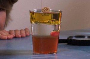 Proefje met water, honing, olie