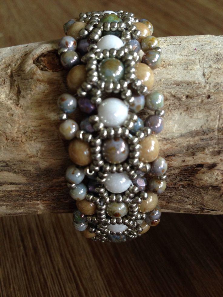 Mooie armband van 6 mm ronde kralen, 4 mm tjechisch facet kralen, seed beads en 4 mm ronde kraaltjes. Aangepast patroon is Barcelona Bracelet van Wescott Jewelry.