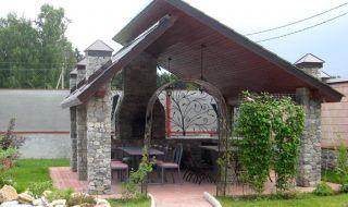 Несимметричность крыши, каменные столбы