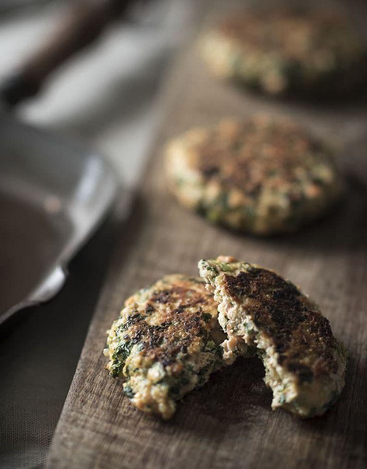 Heerlijke hamburgers van zalm. Zalmburgers! Naast de zalm gebruiken we voor dit recept ook quinoa en boerenkool. Deze zalmburgers zijn gezond!