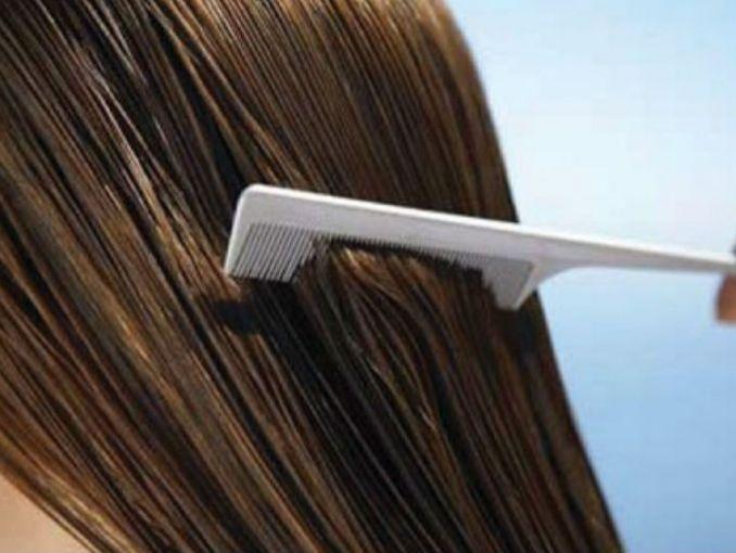 El cabello es una de las partes de nuestro cuerpo que más cuidamos y tratamos de mantener sano y hermoso, lo mejor es que no necesitas gastar cantidades exorbitantes de dinero para lograrlo.Aquí te enseñamos cómo preparar bótox capilar en casa para que tengas un cabello espectacular:Ingredientes:Shampoo aclaranteÁcido hialurónico 2mlMascarilla sin aclarado o acondicionador 15mlColágeno 2mlVitamina E 1mlVitamina C 1grNiacina 1grElastina 2mlPantenol 1ml