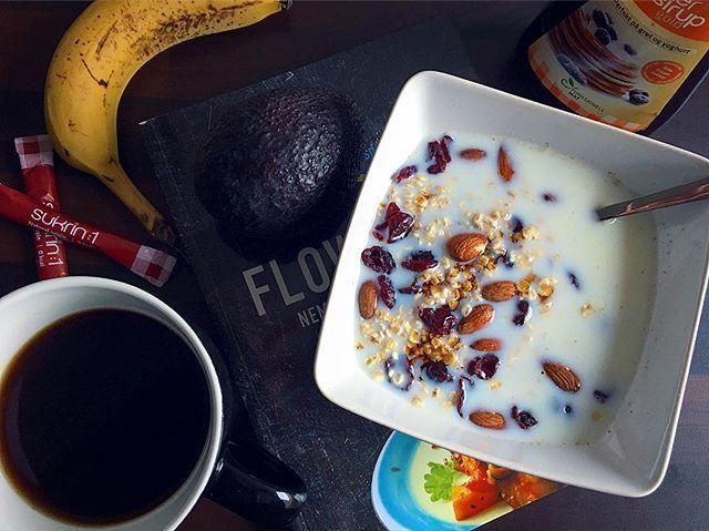 HAVREGRYN ❤️.. - min mave har drillet mig hele natten og det meste af dagen igår 👉🏻 og så er #glutenfri havregryn det bedste valg når det komme til ukompliceret og #fodmapfriendly mad👌🏻. Mandler, tranebær og Fiber Sirup Gold fra @sukrin.dk og en kedelig omgang gryn er forvandlet til et lækkert morgen- eller mellemmåltid 🌿.. #vegetarian #morgenmad #sukrin #sundhed  mandlar tranbär mandelmjölk havremjölk kaffe banan Fav