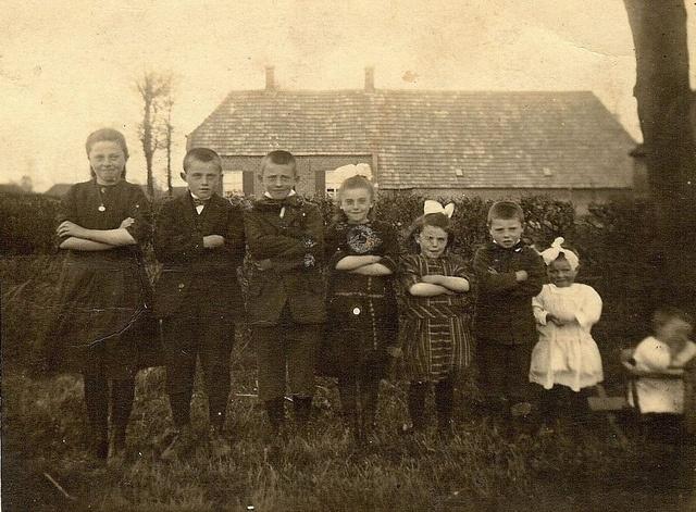 Kinderen van de familie Jan en Gertruda Nabuurs. Van links naar rechts, Marie - Thijs - Jo - Truus - Bertha - Martien - Dina en Lambert. Peelstraat in Wanroij, 1924    Naam Fotograaf: Onbekend  Fotonummer: DCWAN-000006