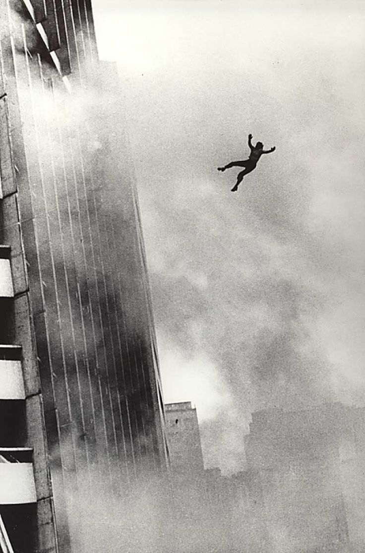 """Edificio Joelma em Sao Paulo - atualmente denominado edifício Praça da Bandeira. Em 1974, um incêndio provocou a morte de 188 pessoas. A tragédia acabou ajudando a espalhar entre a população rumores de que o terreno onde o prédio foi construído seria amaldiçoado, com especulações de que ali teria sido um pelourinho, e que fantasmas rondavam o local. A fama de mal-assombrado aumentou ainda mais após a divulgação de que ali teria sido local de diversos assassinatos, no chamado """"Crime do Poço""""."""