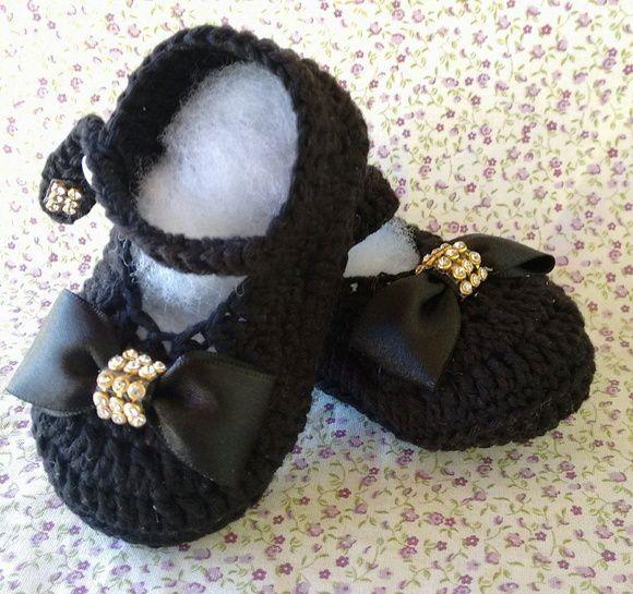 Sapatinho de crochê preto lilas