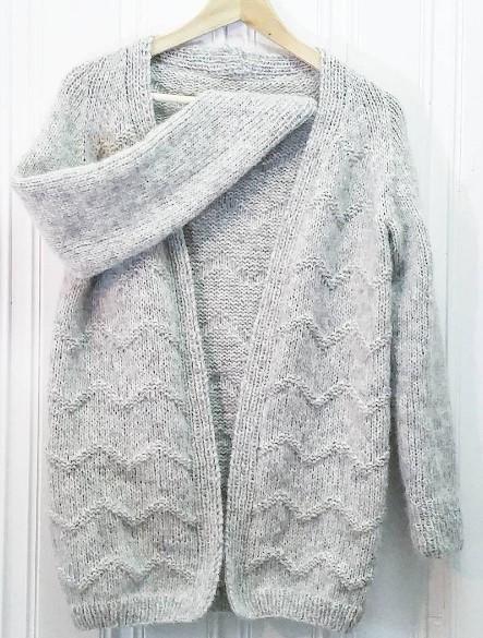 En lett og herlig jakke med stilrent sikksakk-mønster. Den perfekte sleng-på-jakka! Størrelser: (XS) S (M) L (XL) Strikkefasthet: 15 masker per 10 cm på pinne nr 6 i glattstrikk Garnmengde: (350) 350 (400) 450 (450) gram Garnforslag: Drops Air  Instagram: Vi vil gjerne se din versjon av jakken! Tag med #mammasgulliverjakke #torettsammen Tag oss også gjerne: @lillegullstrikk og @guttemamma_strikk – Vi gleder oss til å se!