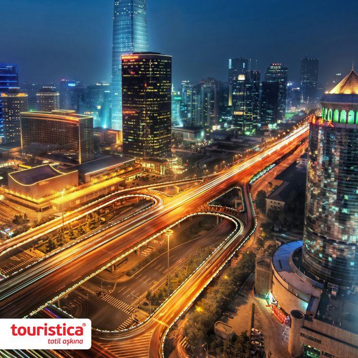 Dünyadaki en geniş saray kompleksine sahip olan Yasak Şehir, 72 hektarlık bir alanı kaplar. Yasak Şehir lakabı eskiden sadece saray ve çevresi için kullanılsa da zamanla tüm Pekin bu isimle anılmaya başlanmış. #touristica #tatilaşkına #yasakşehir #pekin #çin