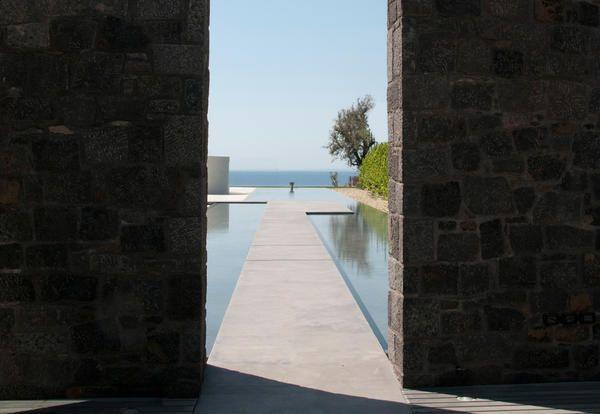 Sicilia, villa con piscina total white e a nastro progettata da A-OMA - Elle Decor Italia