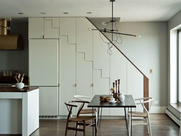 Дом Prospect Park в Бруклине имеет открытое пространство, включающее кухню и столовую. Система хранения выполнена в виде интересных шкафов, которые также служат лестницей на второй уровень. В столовой зоне стулья Hans Wegner Wishbone разного цвета и промышленная люстра от Workstead, которые и являются дизайнерами проекта