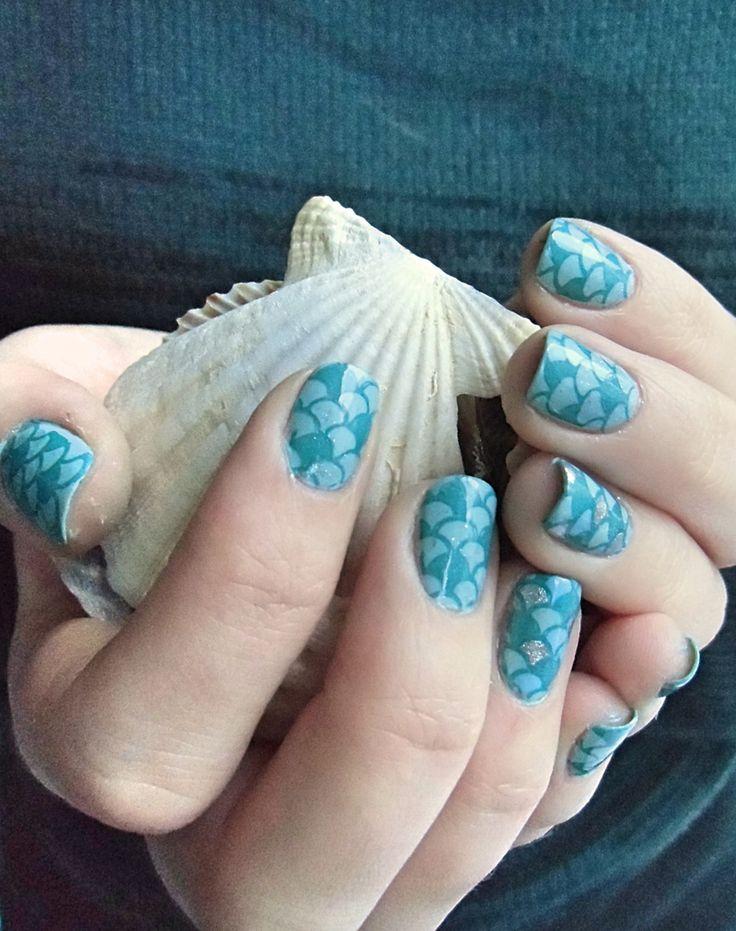 """Hallo allerseits! Heute gibt es das versprochene Mermaid Stamping in Mintgrün und Dunkelgrün. Auf dem Ringfinger dazu als Highlight mit silbernen und blauen Schuppen, der """"Regenbogen-Fisch-Fi…"""