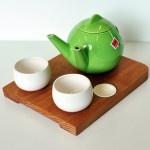Teiera per due. Su fancy.com potete acquistare la Teiera per due per versare il tè in due tazze contemporaneamente. Nel set è incluso il vassoio in legno sulla quale posizionare anche le tazzine.