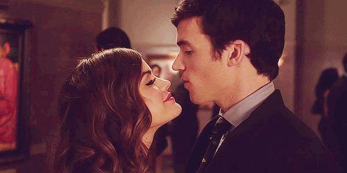 pareja de novios besándose en medio de una sala llena de personas