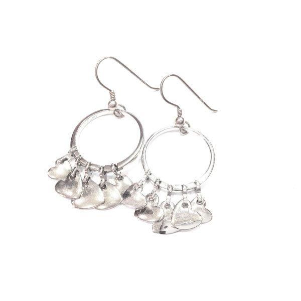 A l'occasion de la fête St Valentin, une paire de boucles d'oreilles coeurs chez la créatrice de bijoux en argent la bijouterie Toulouse Laoula