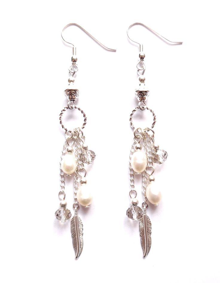 Örhängen i silverplätering med kristaller och vita odlade pärlor.  Längd: 9cm