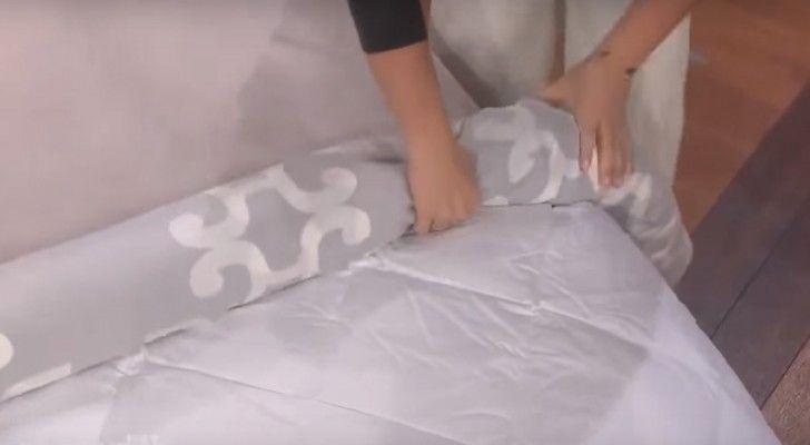 Je dekbed in een dekbedovertrek krijgen is één van de meest vermoeiende huishoudelijke taken die er bestaan. In deze video zie je hoe je deze taak een stuk minder vermoeiend kunt maken. Plaats je dekbed…