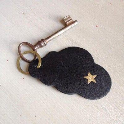 Porte-clé Nuage pour Barbara, cuir noir et masque chat or