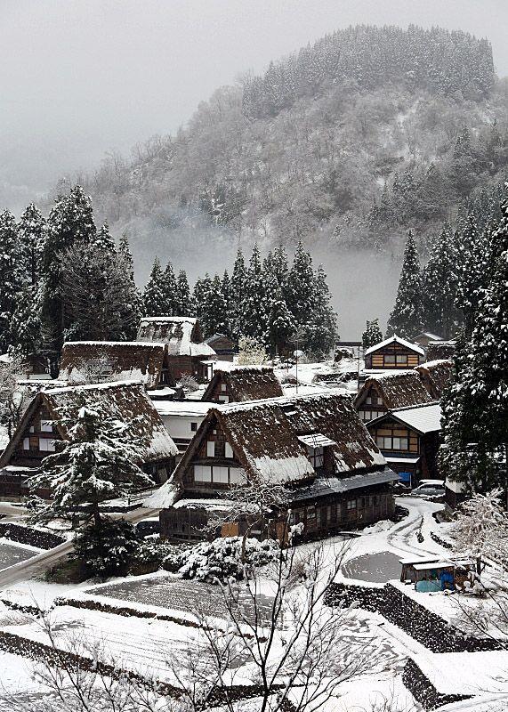 Gokayama, Toyama, Japan (by bukitgolfb301) あのしゅうらくが見事です。 (A magnificently Beautiful Village)