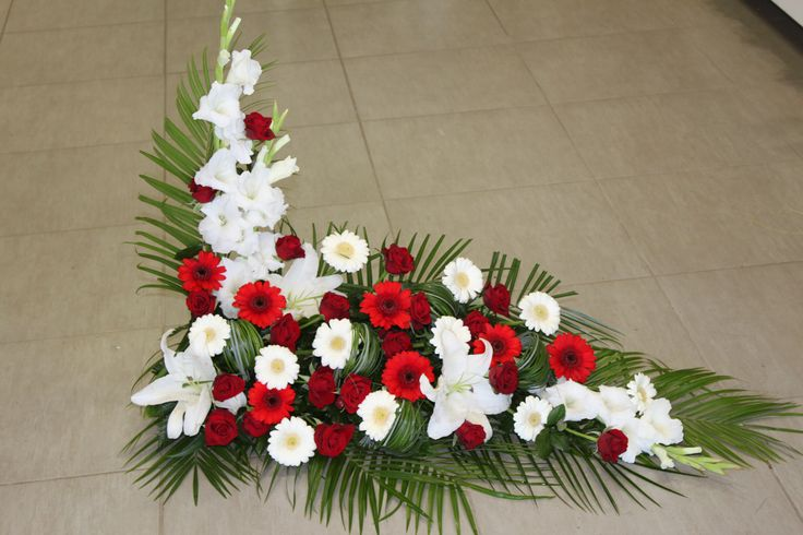 Devant de cercueil, devant de tombe. Gerbe en L. #gerbe #fleurs #deuil…